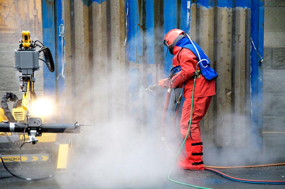 Ubehagelig: Ved manuell sandblåsing utsettes operatøren for 110 dB støy én meter fra flaten som renses.  Foto: Kaefer Energy