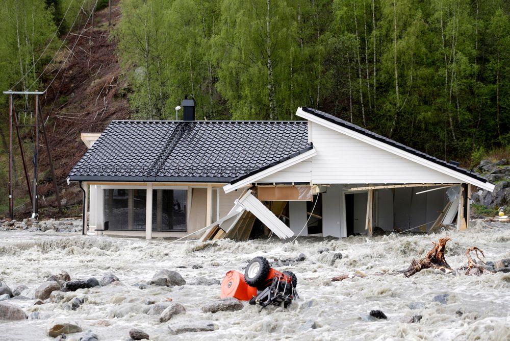 SAMLER: Ved å samle Norges ekspertise på klimautvikling i en felles nettjeneste, skal kommunale planleggere få hjelp til å unngå boligbygging i områder som er utsatt for flom, skred og stigning i havnivået. Her fra flommen på Kvam i Gudbrandsdalen i mai.