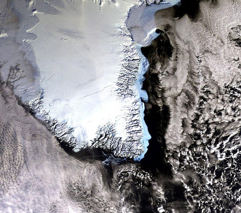 På Grønland ligger det opp mot tre kilometer is over et stort område. Gravitasjon gjør at ismassene drar havet mot seg. Smelting vil redusere denne tiltrekningen. Dette vil slå sterkest ut i nærheten av Grønland.