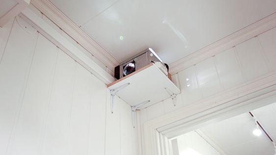Bak i det tekniske rommet henger projektoren for stjernehimmelen. Fra den går det et uttall fibertråder som ender ut i hvert sitt stjernepunkt i kinoens tak.