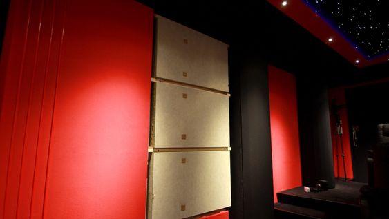 Med rammene tatt ned ser du den omfattende jobben med akustikkmattene som er gjort.