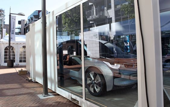BMW i3-konseptet begynner å få et par år på baken, og er nå utstilt i Norge for første gang. Det står i en boks på Aker brygge og skal til OSL første uka i juni.