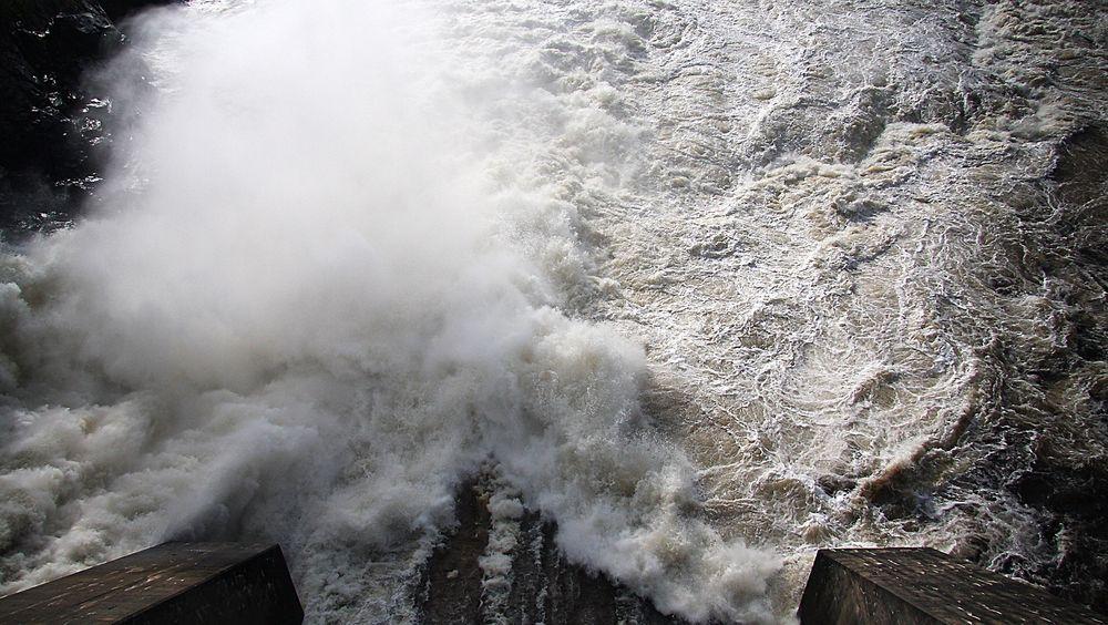 Redusert fallhøyde gir lavere virkningsgrad ved elvekraftverkene under flommen.