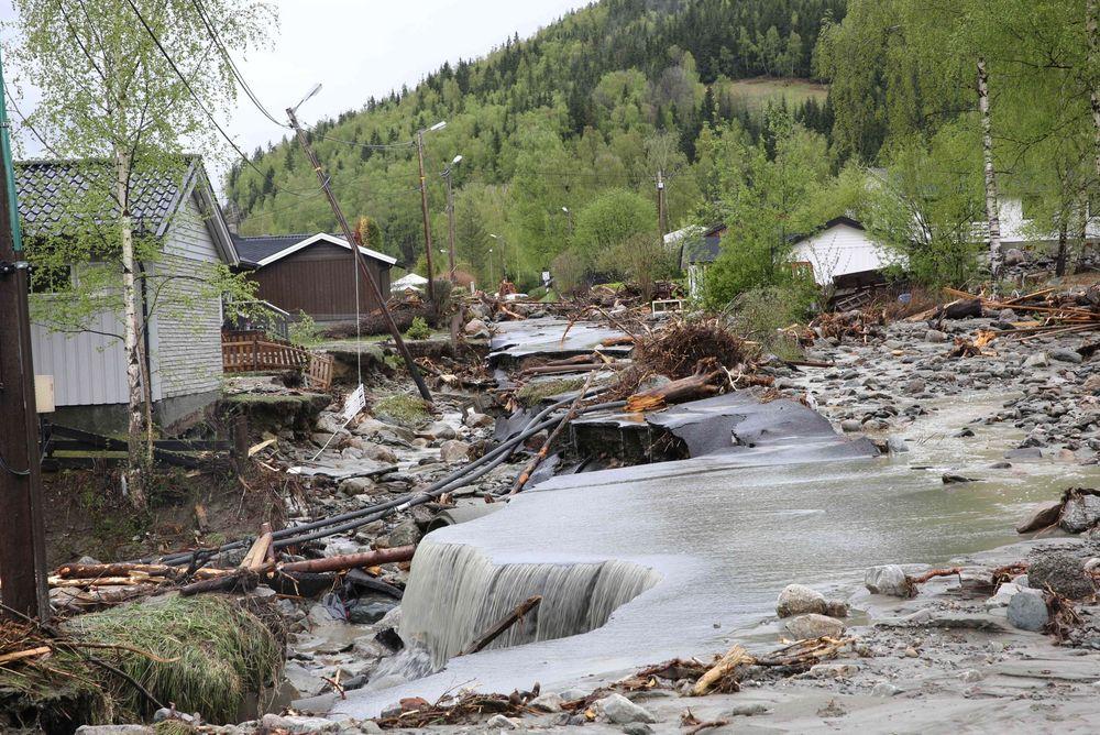 Fra Kvam i Gudbrandsdalen hvoe elven Veikleåa har rasert et boligområde og E6 i flommen.