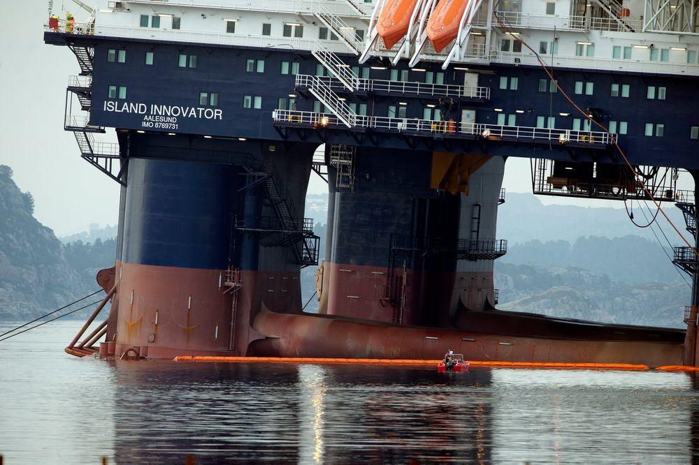 ALVORLIG: Boreriggen Island Innovator tok inn vann og begynte å krenge i natt. Nå vil fagforbundet Safe ha et ekstraordinært tilsyn som ser på stabilitet på flyttbare plattformer. Foto: Marit Hommedal / NTB scanpix