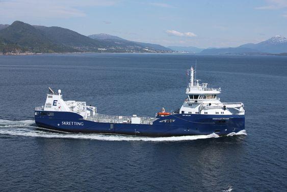 NOMINERT: Eidsvaags nye fôrbåt fra Vard Aukra er 75 meter lang og 13,6 meter bred. Det LNG-drevne fartøyet er spesialbygd for bulktransport og leveranse av fiskefôr til oppdrettsanlegg.