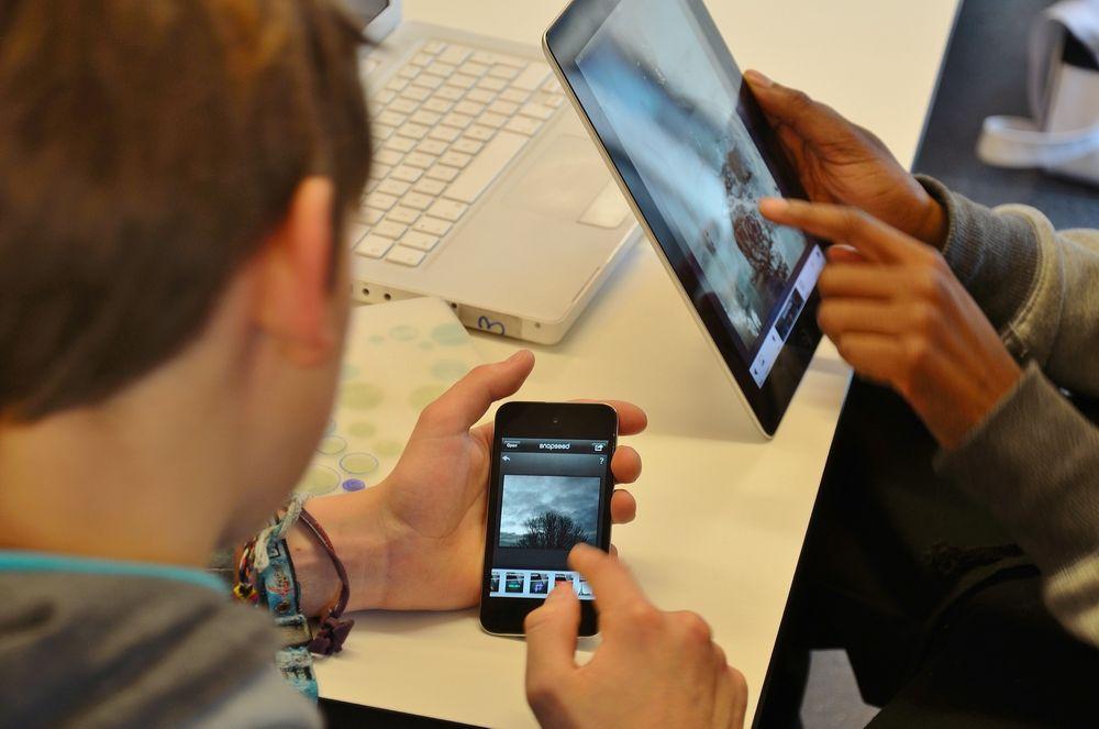 Tilgang på smarttelefoner og nettbrett er med på å drive fram teknologiske endringer i skolen.