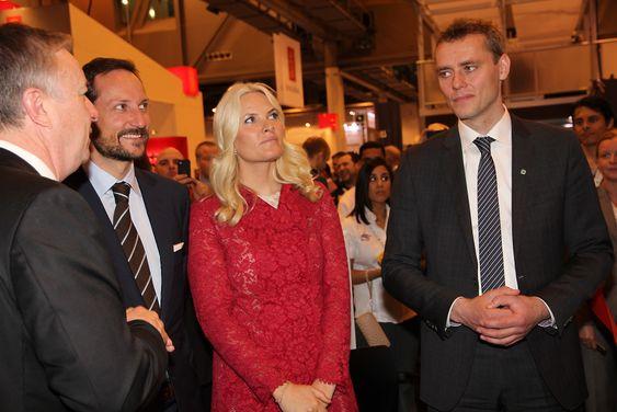 FMC-direktør Tore Halvorsen, kronprinsparet og olje- og energiminister Ola Borten Moe var med på å markere FMCs nye moderne design.