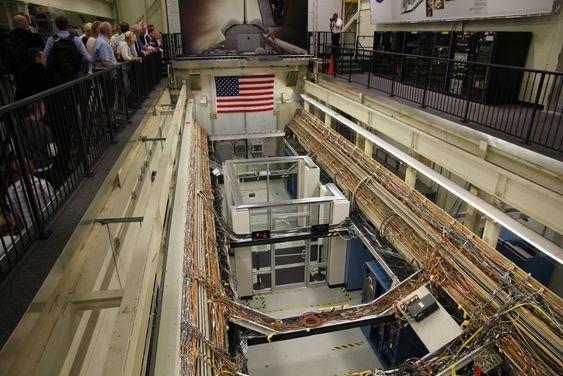 Den åpne romferjen gir et bilde på hvor mange kilometer med ledninger og avansert software som ligger i et slikt fartøy.