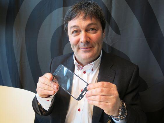 VISER FINGEREN TIL GLASSET: Adm. direktør i norske Idex, Ralph Bernstein, merker stor interesse fra mobilbransjen for teknologien som kan lese fingeravtrykk gjennom frontglasset på skjermen.