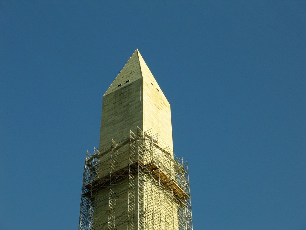 HØYT: Spesialister monterer stillaset hele veien opp det 169 meter høye Washington-monumentet for å reparere skader etter jordskjelv i 2011. Stillaset ble ferdig montert i forrige uke.