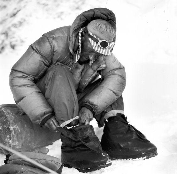 Hillary tar på seg støvlene som var spesialutviklet for ekspedisjonen.