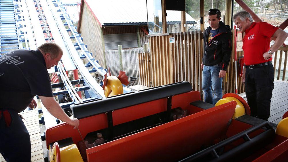 Tekniker Morten Olsson (t.v.) viser tivoliinspektørene Espen Heiszter og Per Ole Bjørklund at også den manuelle åpningen av sikkerhetsbøylene fungerer på Tusenfryd.