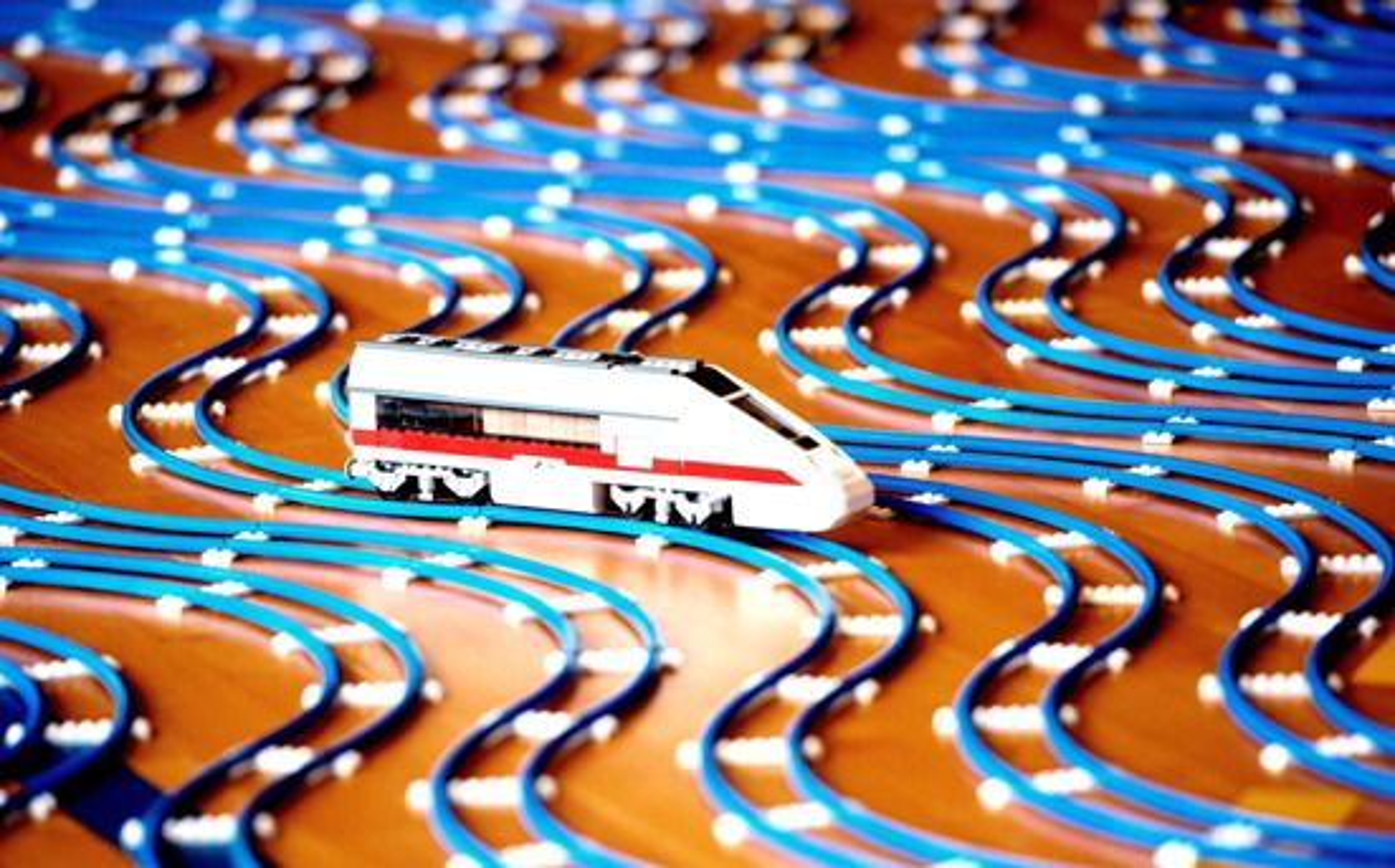 Broby Sportsefterskole har bygget verdens Lengste Lego-togbane med fire kilometer skinner.