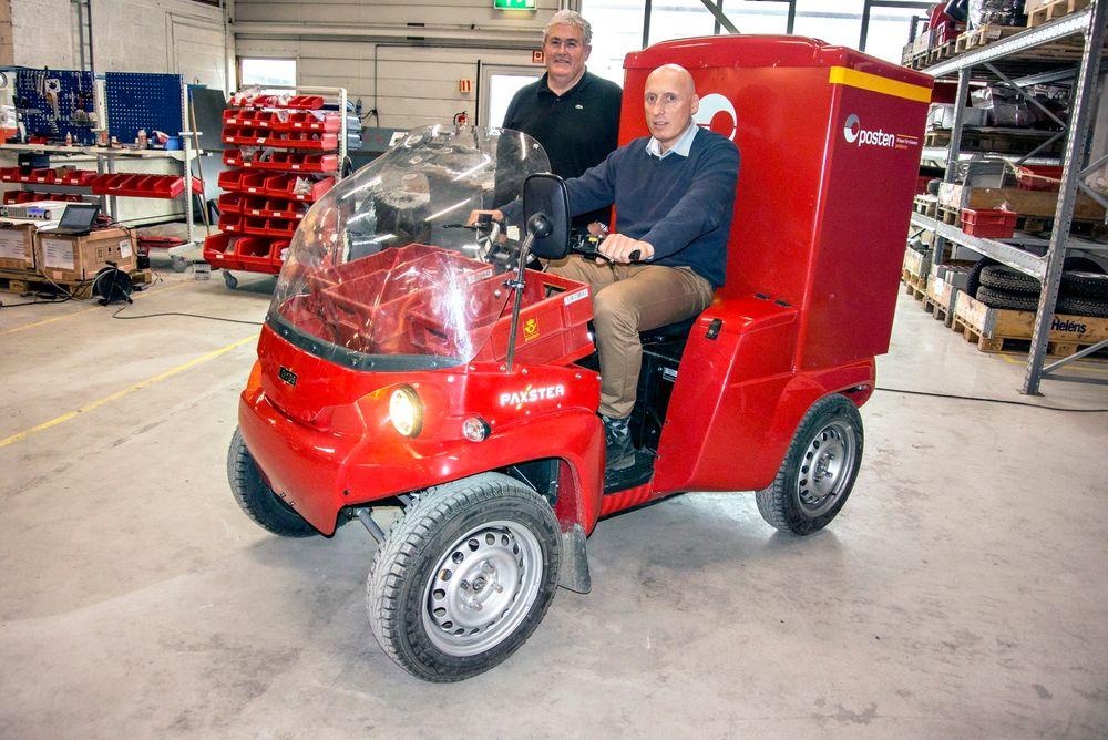 Kjører postvogn: Adm. direktør Lasse A. Hansen i Loyds Industrier, godt plantet bak styret, tror Paxster vil gjør e hverdagen mer behagelig for postombærere. Ult Tolfsen er mannen bak designet og den mekaniske konstruksjonen av Paxster.