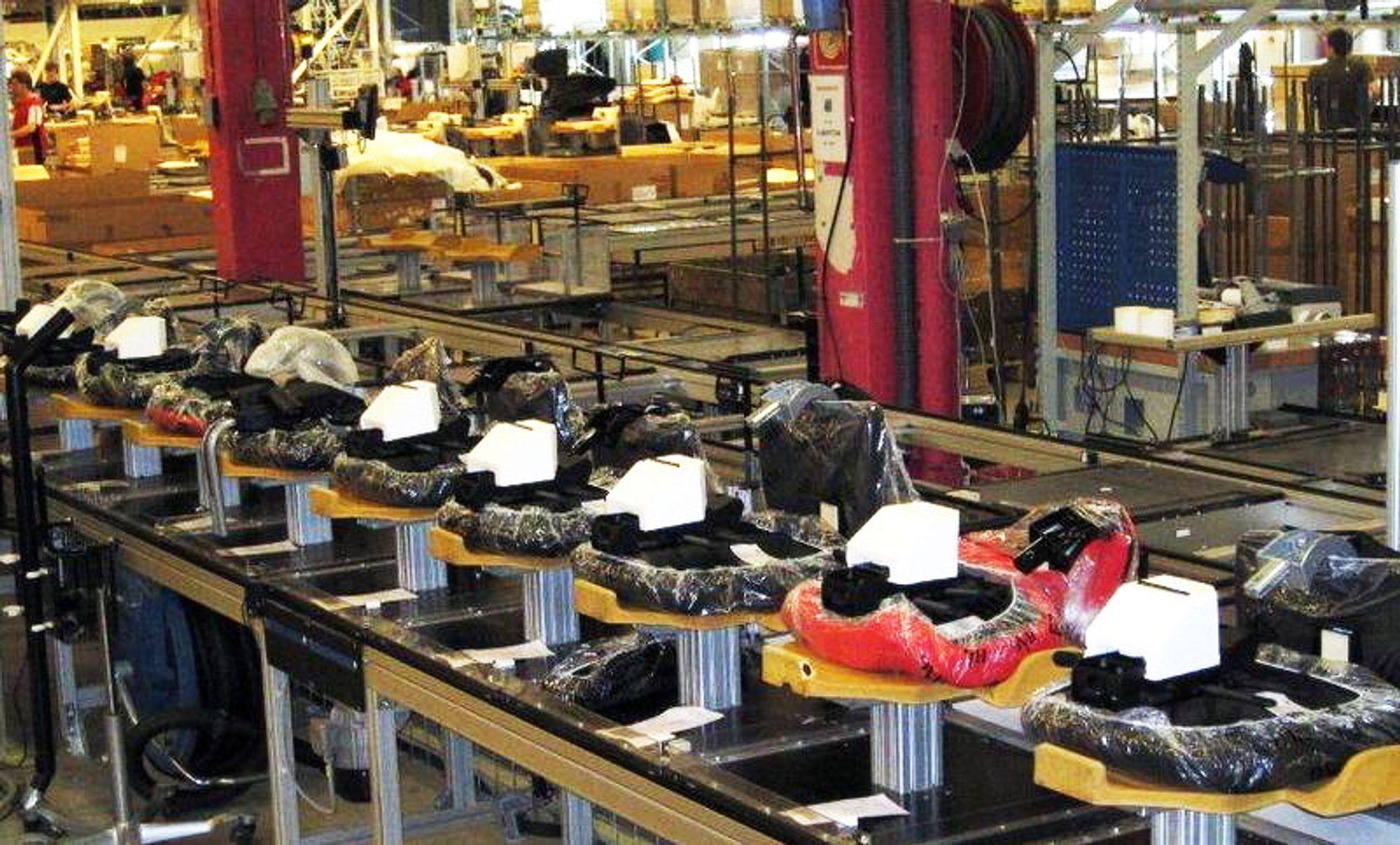 Røros Metall har laget en svært fleksibel produksjonslinje hvor de kan kundetilpasse avfalls- og renholdssystemer helt ned til det enkelt produkt, slik som disse på Gardermoen.