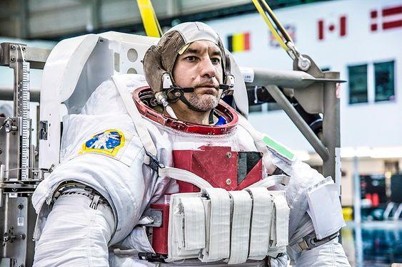 Luca Parmitano skal etter planen foreta to EVA under oppholdet. Her under trening i fullt astronaututstyr for å kunne overleve og gjennomføre sine oppgaver på utsiden av romstasjonen.