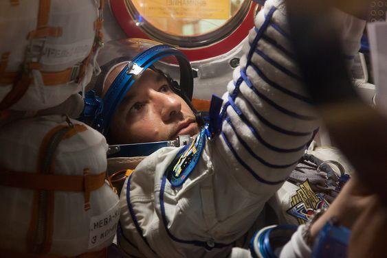 Den europeiske astronauten har fått tildelt setet helt til venstre i Soyuz-kapselen, hvor han er ansvarlig for å overse systemer for blant annet livredning, trykk og motorytelse. Bildet er tatt i forbindelse med en øvelse ved integrasjonsfasilitetene ved Baikonur Cosmodrome i Kazakhstan.