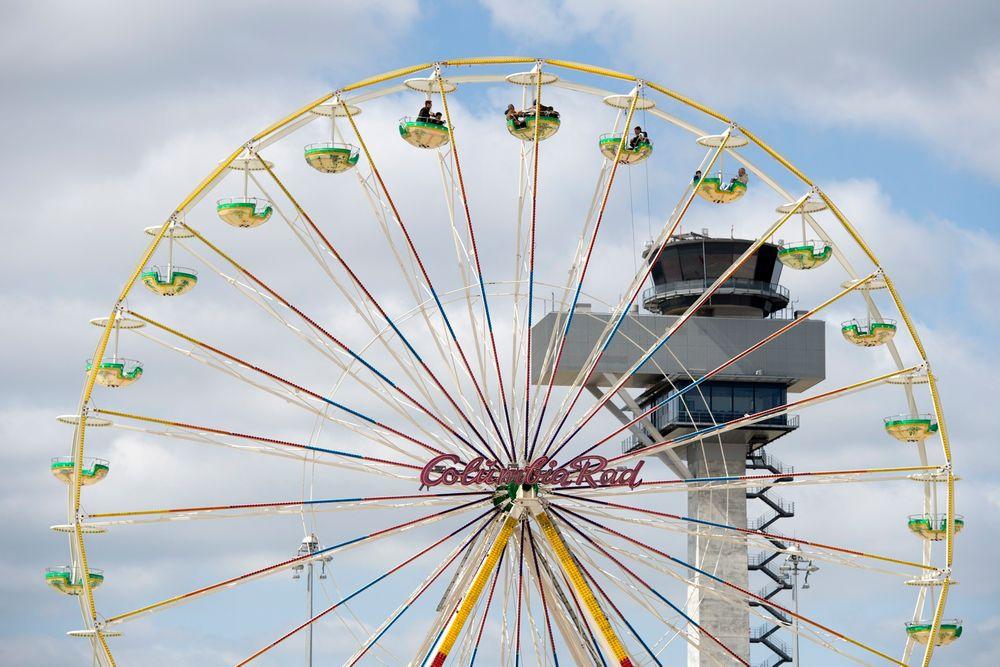 Sirkuset fortsetter: Publikum ble invitert til åpen dag og tivoli på Flughafen Berlin Brandenburg, selv om det noen dager i forveien hadde blitt kjent at flyplassen ikke skulle åpne. Foto: Günter Wicker