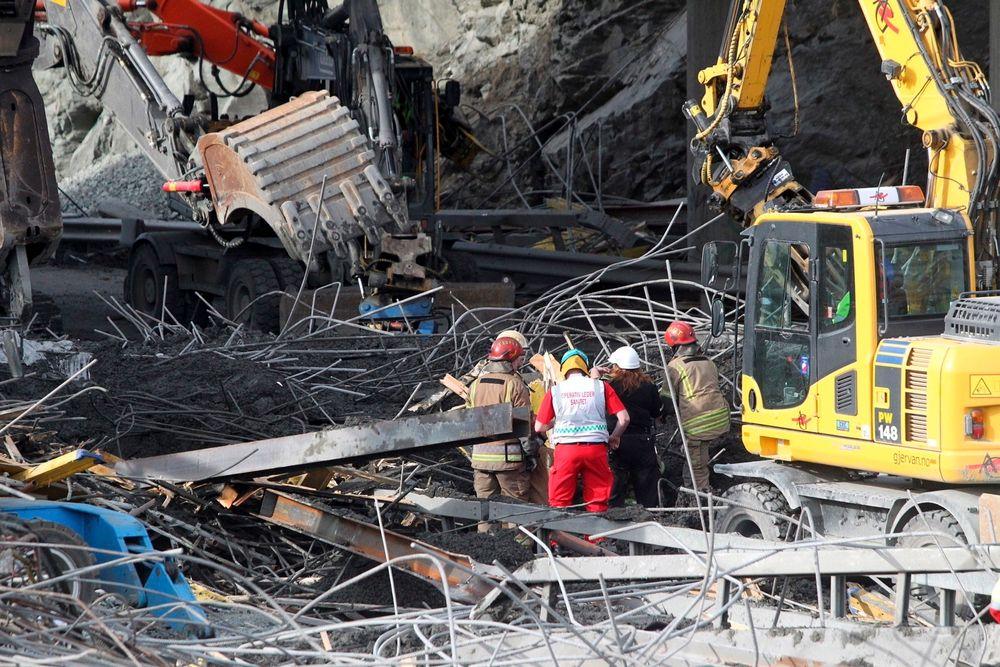 To personer mistet livet da en bru under oppføring kollapset i Trondheim onsdag.