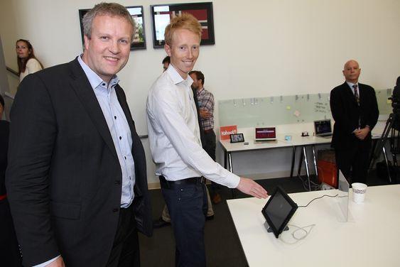 Haakon Bryhni(t.v.) og Hans Jørgen Bang tror om at deres teknologi basert på ultralyd vil komme hos alle leverandører i løpet av de nærmeste to årene. De har allerede bidratt med noe av den til Windows 8.