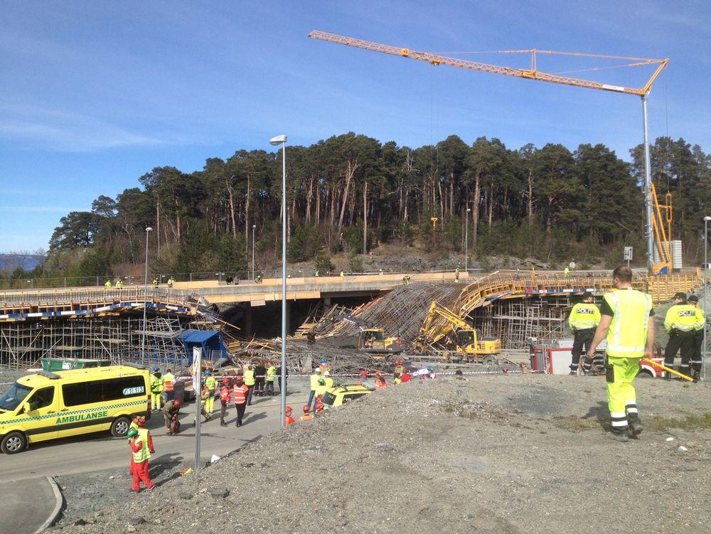 En bro ved IKEA i Trondheim kollapset onsdag. En bil befant seg under. Seks personer er brakt til sykehus.