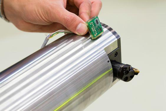 Bildet viser sensorpakken som skal monteres i fronten. Til høyre ser vi også den ekstra maskineringsaksen som gjør at skjæret kan beveges ut og inn radielt.