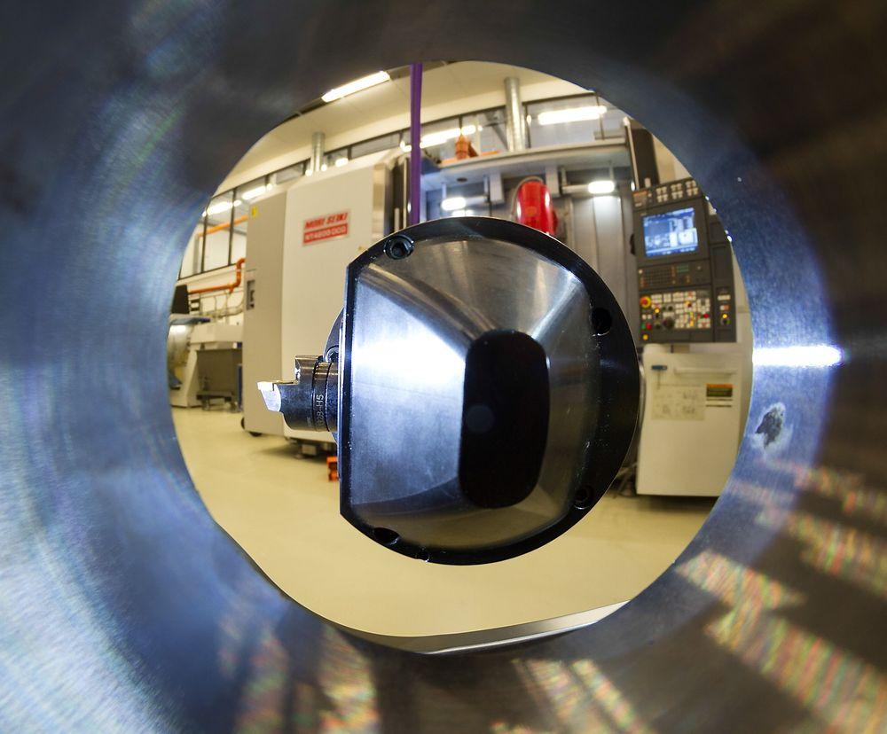 Dette er spissen på det norske verktøyet på vei inn i et materialemne som skal bores med riktig profil.