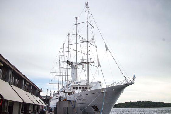 På Norgesbesøk: Verdens sørste seilskip kaller de seg, selv om Wind Surf også kan kjøre på diesel. Men et imponerende syn er det uansett.