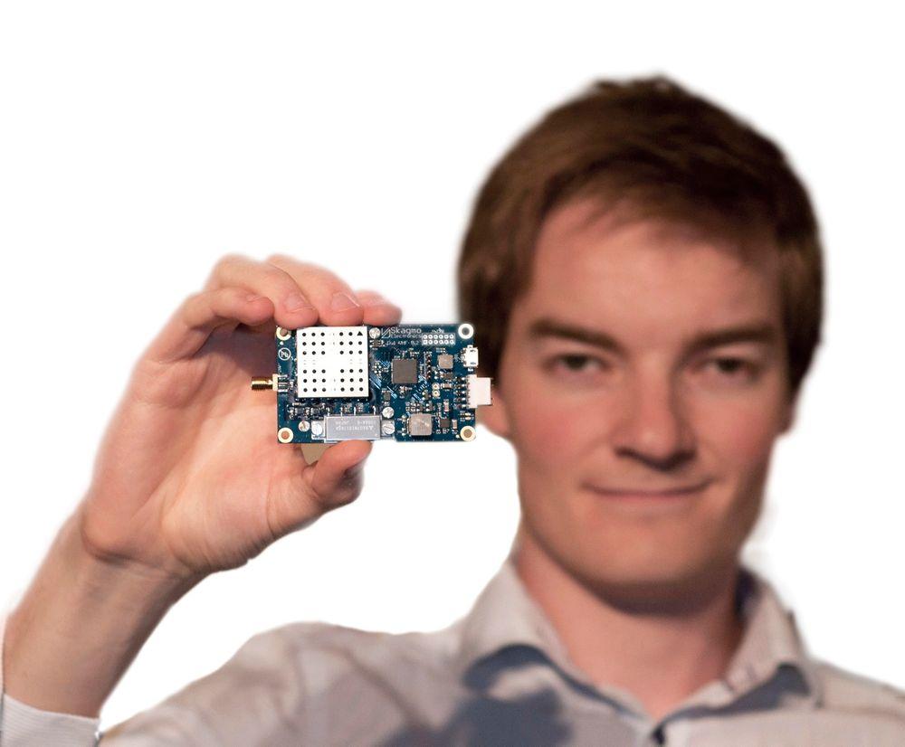 Radiofrelst: Jon Petter Skagmo har laget en radio som skal være mindre og billigere enn noen andre. Den kan brukes til veldig mye, som å kommunisere data med en satellitt.