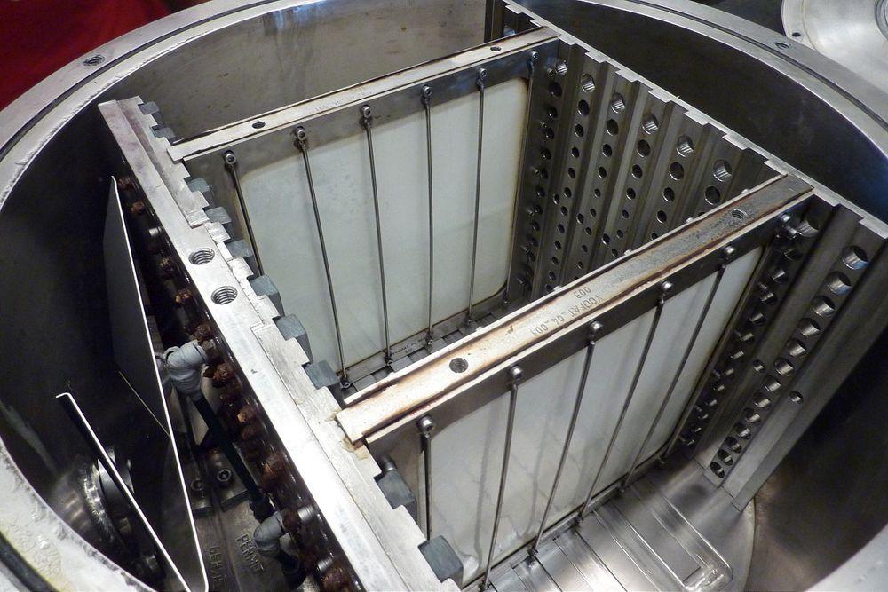 Håndlaget: Membranarkene blir plassert i kasetter omtrent som denne når de skal testes på fabrikken i Brevik. Bildet er fra et annet membranforsøk på NTNU.