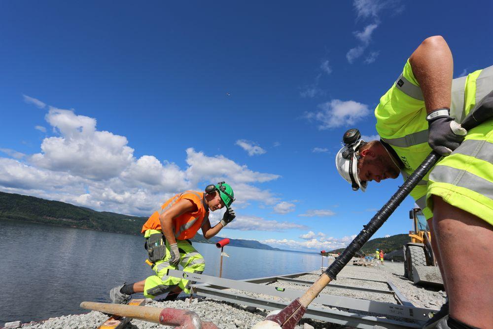 Underleverandøren Eltel fortsetter arbeidet med kabelkanalen langs Dovrebanen til tross for at oppdragsgiver Alpine Bau er konkurs.