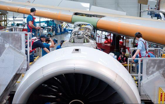 Den ene motoren på plass på A350 MSN-1, altså flyet som i juni var i lufta for første gang.