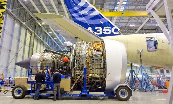 En av Rolls-Royce Trent XWB-motorene rett før montering under vingen på A350-900 XWB.