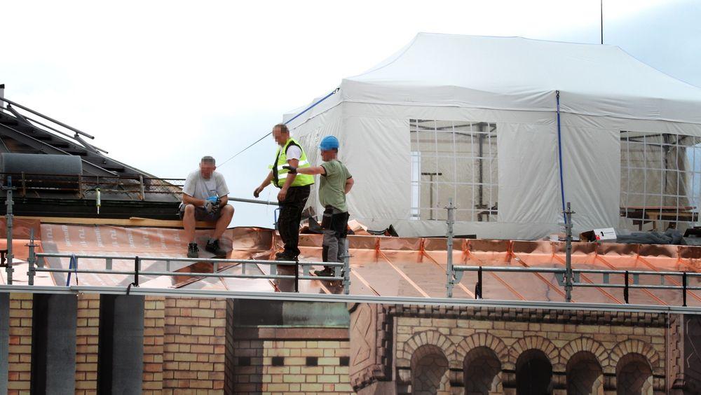 UTEN HJELM: To av arbeiderne går uten hjelm, og slik har det vært gjennom store deler av sommeren, til tross for påbud.