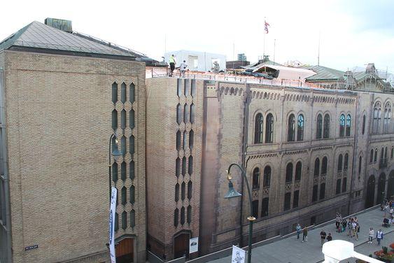 uten hjelm på Stortingets tak Arbeidsmiljø HMSDet legges nytt tak på Stortinget, flere av bygningsarbeiderne bruker ikke sikringsutstyr