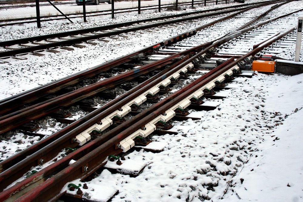 Isolering: Isoporisolering av sporveksel på Hamar stasjon.   Foto: Amund Korsbakken