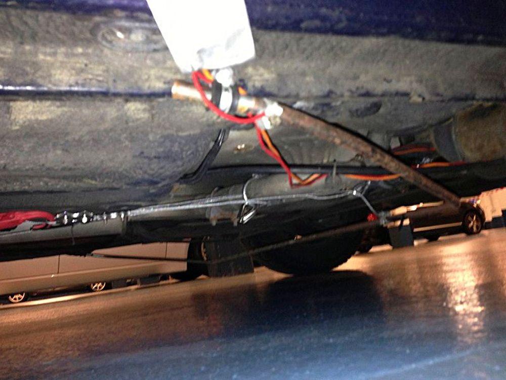Det var disse ledningene som førte til bombealarm i København tirsdag formiddag. Bilen tilhører en hobbyoppfinner som jobber med å forlenge rekkevidden til elbiler.