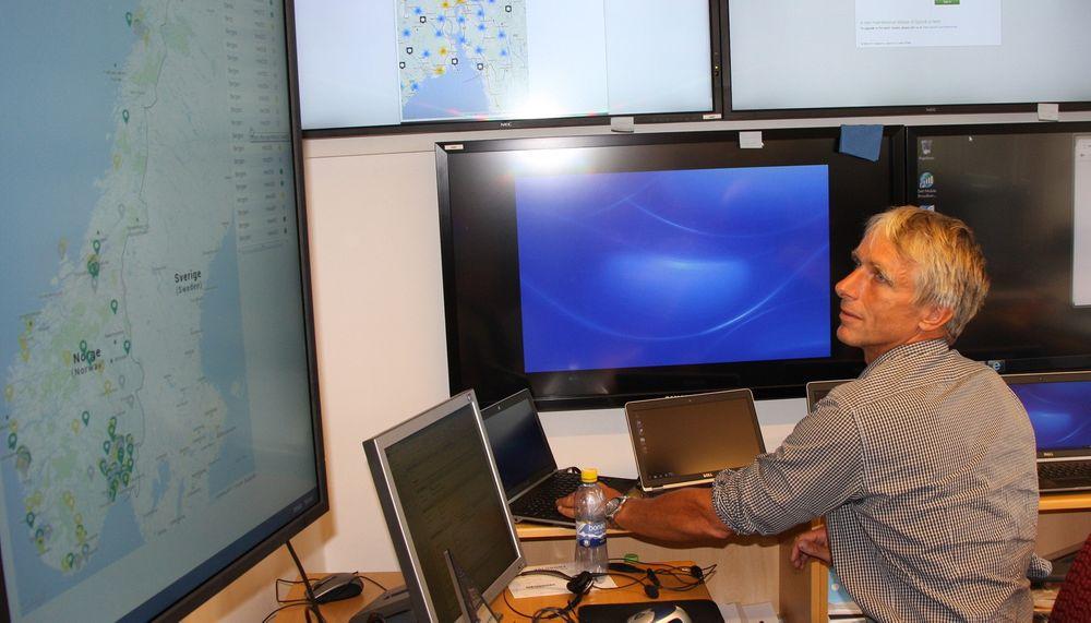 KLART: Henrik Nore leder e-valgprosjektet og melder at systemet er klart til å ta i mot stemmer over internett de neste ukene. Her i prosjektets hovedkvarter i kommunaldepartementets lokaler overvåkes også bredbåndsforbindelsene til de 305 valglokalene som skal teste elektronisk avkrysning i manntallet.
