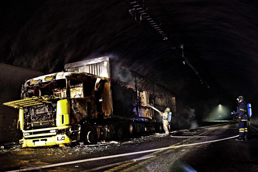 Høye temperaturer er som oftes årsaken til brann i vogntog Her står et polsk vogntog i brann i Oslofjordtunnelen i 2011.