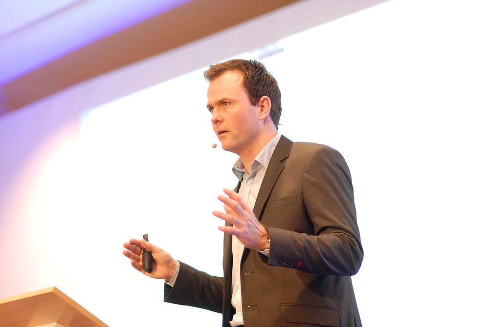 – Vi bør investere mindre i olje og gass og mer i fornybar energi, fordi det er der veksten må komme, sier Marius Holm.