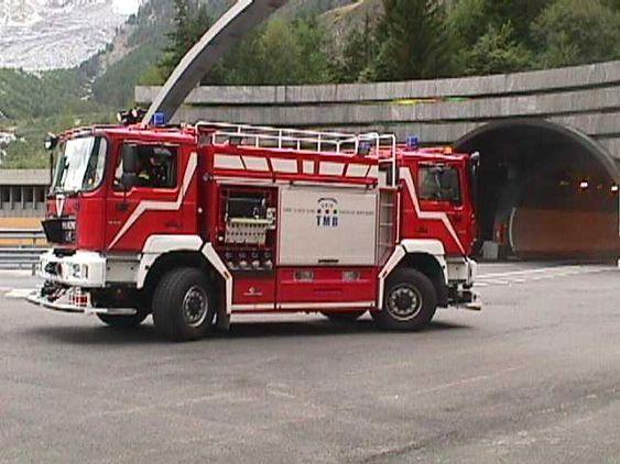 I brannstasjonen i Mont Blanc-tunnelen er det stasjonert en brannbil med førerhus i begge retninger, for å slippe å snu i den trange tunnelen.