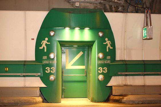 Tunnelen er utstyrt med brannsikre fluktrom.