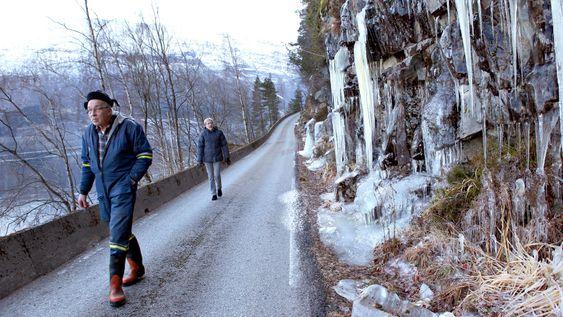 RISIKABELT: Jon og Margretha Navelsaker må se opp for is fra oven, men er velsignet med en relativt snøfattig vinter i år. De verste vintrene er veien stengt et tosifret antall dager som følge av snøskred.
