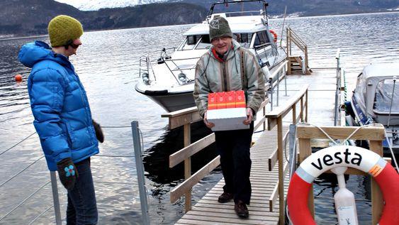 SJØVEIEN: Veien inn til Otterdal har vært stengt siden orkanen Dagmar. Nå kommer folk og forsyninger inn med båt to ganger om dagen.