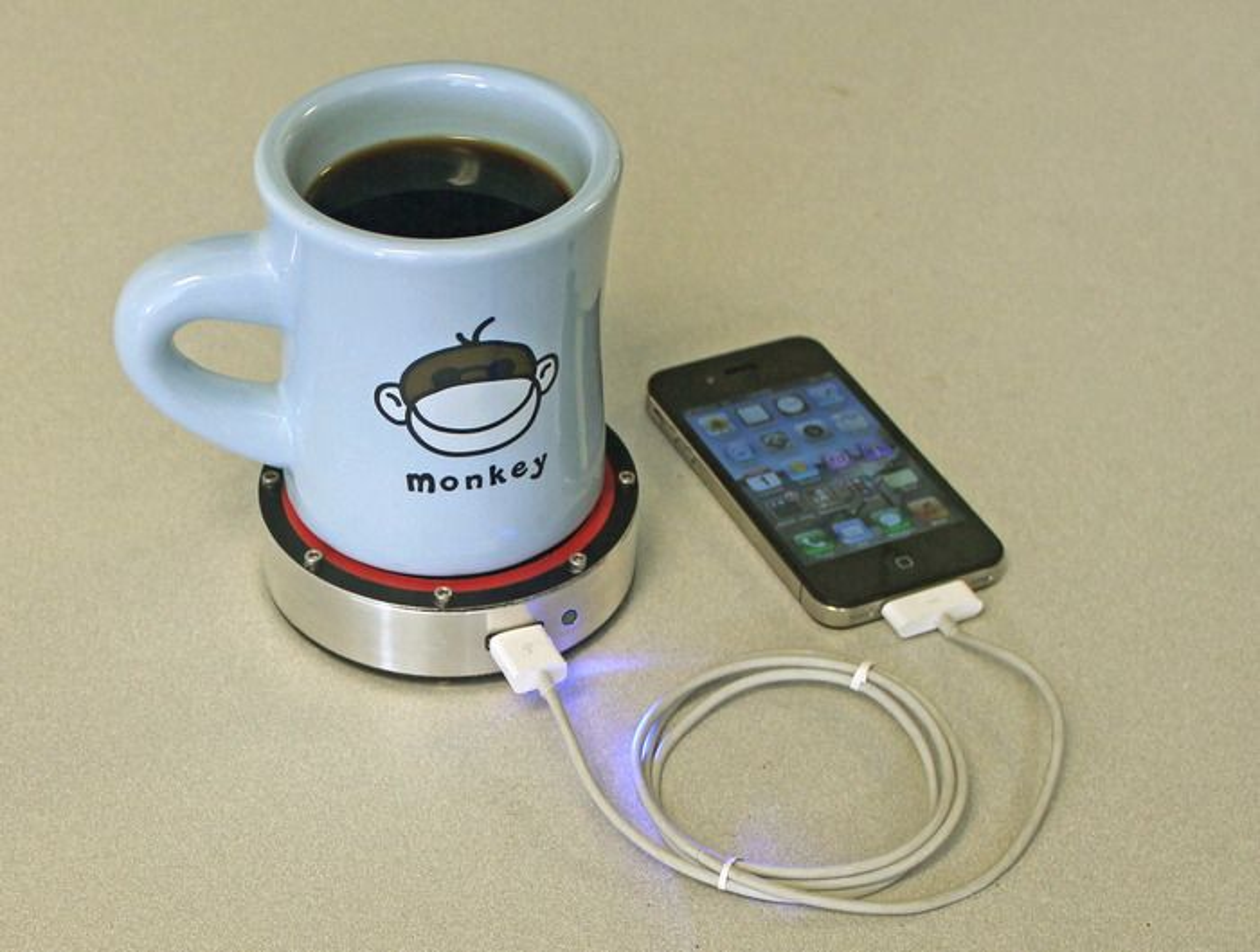 Laderen består av et koppeunderlag med en stirlingmotor som driver en generator. Via USB kan dette kobles til en mobiltelefon eller annet som trenger strøm.