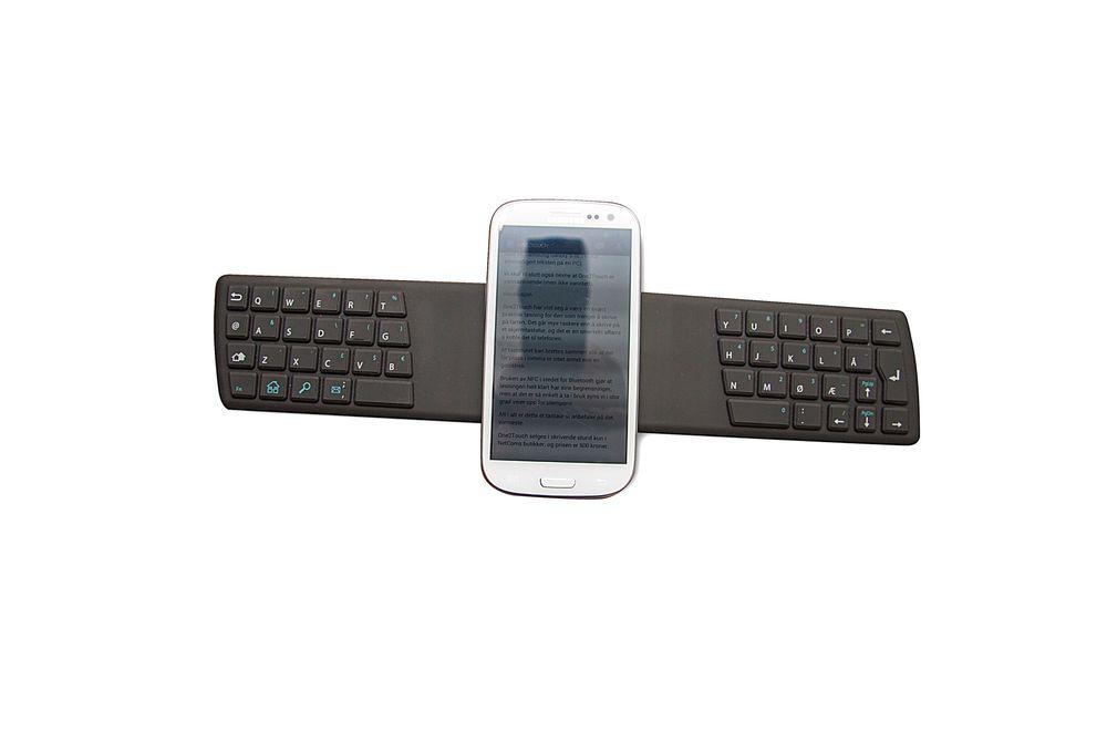 One2touch: Mobilen plasseres midt på tastaturet. Her sitter også NFC-antennen, slik at mobil og tastatur kommuniserer så lenge de er i berøring. Foto: Marius Valle
