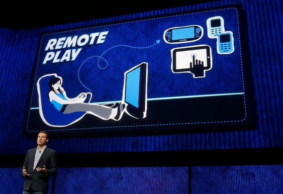 """Den irske spillutvikleren David Perry viser frem PS4s """"Remote Play""""-egenskaper. Sony har uttalt at deres mål er at alle PS4-spill skal kunne spilles på Playstation Vita."""