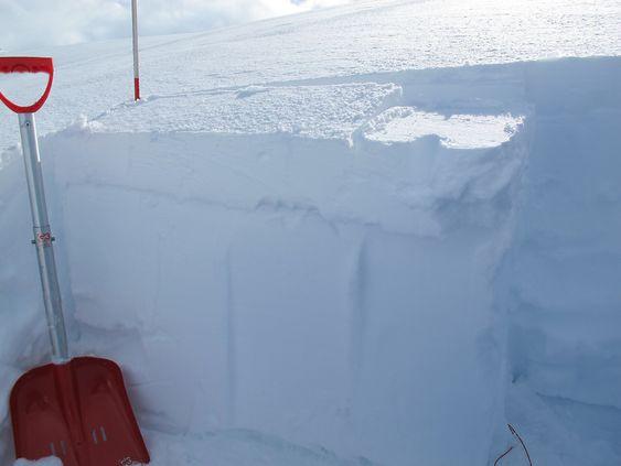 Observatørene melder inn opplysninger om snødekket i varslingsområdene. Her er fra en stabilitetstest på Sandalsfjellet i Jølster.