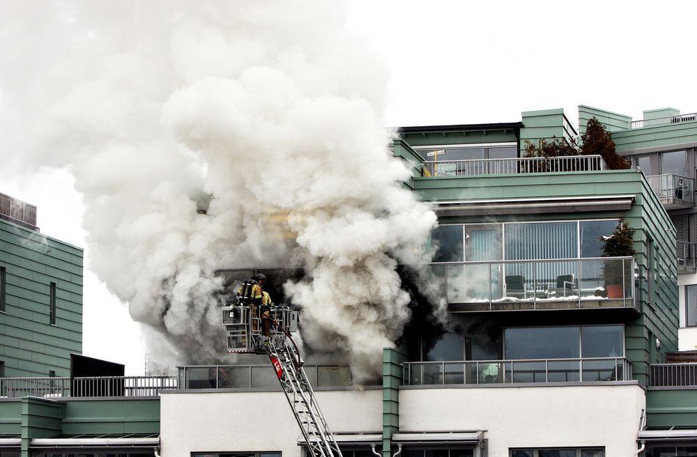 Større skader: Skadene på bygget i Sørkedalsveien i Oslo ble langt større enn de skulle vært. Forskriftene var ikke fulgt, og brannetaten klarte ikke å stenge sprinkleranlegget. Dette førte til at vannskadene ble større enn brannskadene.